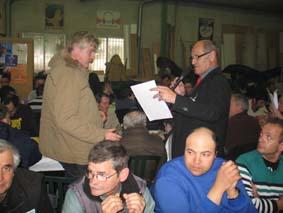 Remise des attestations et passeports des acteurs du projet par René Sarroca aux travailleurs de l'ESAT