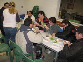 """L'équipe Hygiène des locaux de Castelnaudary et les collègues en détachement réalisent le """"hérisson porte carte"""" à l'atelier Récup' des objets animé par Christine du COVALDEM 11"""