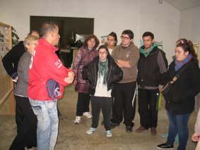 Momo et Gérard présentent l'exposition sur les gestes durables effectués dans les ateliers de l'ESAT à des jeunes des IME avec Béatrice de Terre de Cocagne